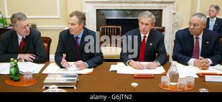 El Presidente de los Estados Unidos, George W. Bush, (2ndright), participa en mesa redonda sobre el VIH/SIDA con el primer Ministro de Gran Bretaña, Tony Blair (2da. Izquierda), el Secretario de Estado de Gran Bretaña para el Desarrollo Internacional, Hilary Benn (izquierda), y el Secretario de Estado de los Estados Unidos, Colin Powell (derecha), en No10 Downing Street en Londres.