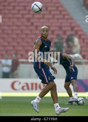 Thierry Henry, de Francia, durante el entrenamiento en el Estadio da Luz en Lisboa, Portugal, el sábado 12 de junio de 2004 en preparación para el partido de apertura del campeonato de la Euro 2004 contra Inglaterra mañana.