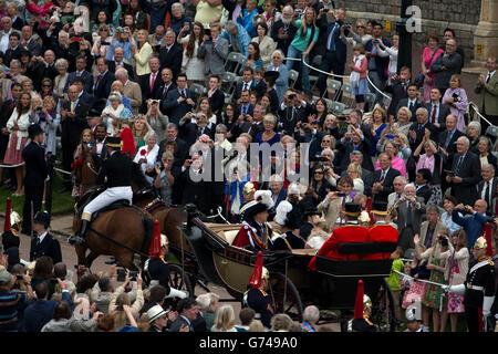 El conde y la condesa de Wessex dejan la Capilla de San Jorge, el Castillo de Windsor, siguiendo el servicio de la Orden del Garter. Foto de stock