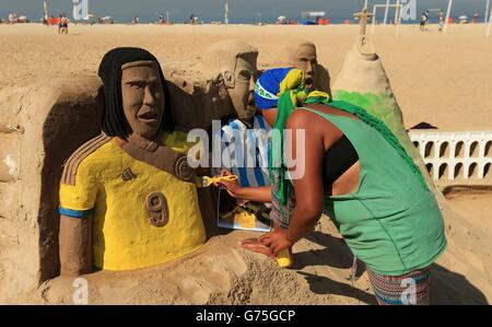 Las esculturas de arena de la Copa Mundial se crean en la playa de Copacabana en Río de Janeiro, Brasil.
