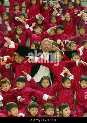 El presidente de Virgin Atlantic, Sir Richard Branson, con escolares de Hong Kong en Hong Kong Park. Sir Richard está en Hong Kong para promover la última adición de ruta de la aerolínea, un servicio diario sin escalas entre Hong Kong y Sydney que conecta con Londres. El nuevo servicio diario de las líneas aéreas se realizará en los aviones Airbus 340-600.