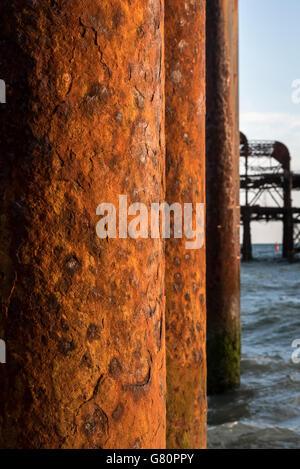 Atardecer en la playa de Brighton Hove West Pier Sussex, Inglaterra Foto de stock