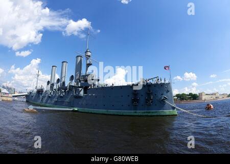 Aurora crucero por el río Neva, la academia naval de San Petersburgo, Rusia Foto de stock