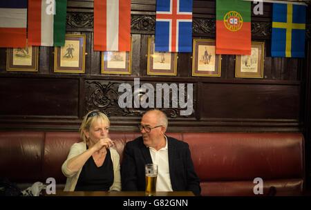 Disfrutando de una bebida en el bar de Herradura, Glasgow, Escocia, Reino Unido.