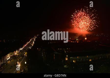 Los fuegos artificiales iluminan el cielo durante el encendido de las luces para celebrar el festival hindú de Diwali, en Belgrave Road, Leicester.