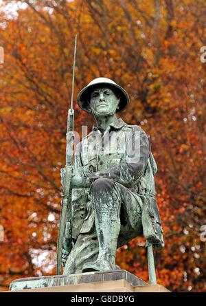 Un soldado de la Gran Guerra en el Memorial de Guerra en Shildon, Condado de Durham, con un telón de fondo de árboles en color de otoño, mientras la nación se prepara para recordar a sus hombres y mujeres de servicio caídos con los Servicios de recuerdo que se celebrará en todo el Reino Unido durante los próximos días.