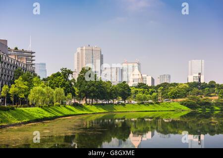 Tokio, Japón, el paisaje urbano sobre el foso Imperial con el edificio de la Dieta Nacional.