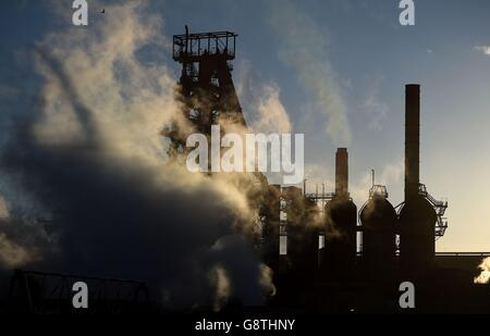 El sol se pone detrás de las obras de acero de Tata en Port Talbot, Gales, mientras el gigante del acero confirmó planes para vender sus activos en el Reino Unido, amenazando con miles de recortes de empleos.