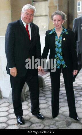 El Ministro de Asuntos Exteriores alemán Frank Walter Steinmeier se reúne con la Secretaria de Asuntos Exteriores británica Margaret Beckett en Lancaster House, Londres.