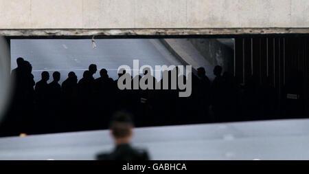 El jurado de la investigación del forense sobre las muertes de Diana, Princesa de Gales y Dodi Al Fayed entran en el túnel Pont de l'Alma en París, donde el Mercedes en el que viajaba la pareja se estrelló.