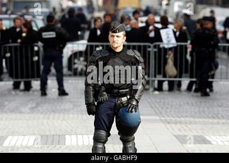 La policía, con sus armaduras corporales, protege al jurado de la investigación del forense sobre las muertes de Diana, Princesa de Gales y Dodi al Fayed al entrar en el túnel Pont de l'Alma en París, donde el Mercedes en el que viajaba la pareja se estrelló.