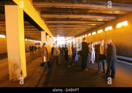El jurado de la investigación del forense sobre las muertes de Diana, Princesa de Gales y Dodi al Fayed visita el túnel Pont de l'Alma en París, donde el Mercedes en el que viajaba la pareja se estrelló.