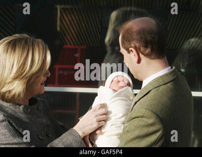 El conde y la condesa de Wessex deja el Hospital Frimley Park con su bebé recién nacido. Foto de stock