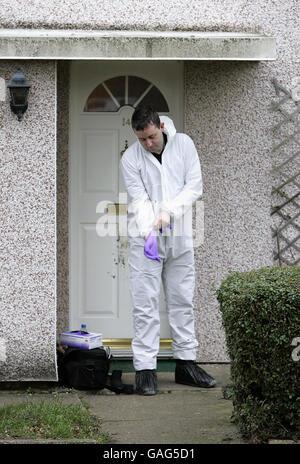 Un científico forense de la policía frente a una casa de Spinney en Bedford, donde un hombre de treinta años, armado con un cuchillo, murió de lesiones autoinfligidas anoche después de que la policía le disparó con una pistola de aturdimiento durante una disputa doméstica.