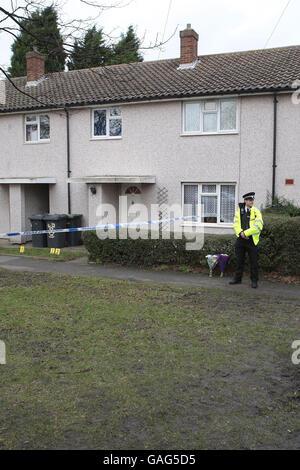 Un agente de policía en las afueras de una casa en el Spinney de Bedford, donde un hombre de treinta años de edad armado con un cuchillo murió de lesiones autoinfligidas anoche después de que la policía lo disparara con un arma de fuego durante una disputa doméstica.
