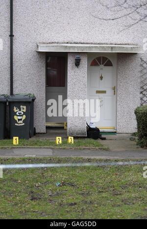La escena fuera de una casa en el Spinney en Bedford, donde un hombre de treinta años armado con un cuchillo murió de lesiones autoinfligidas anoche después de que fue baleado por la policía con una pistola de aturdimiento durante una disputa doméstica.