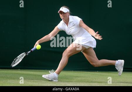 Vera Zvonareva de Rusia en acción durante el Campeonato de Wimbledon 2008 en el All England Tennis Club en Wimbledon.