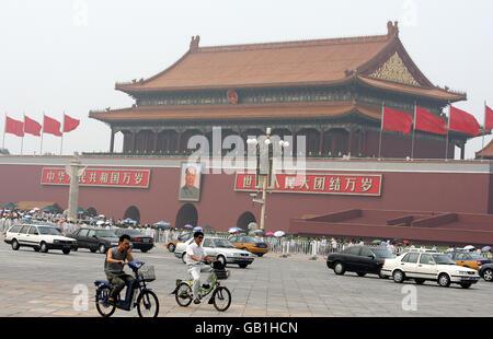 Ciclistas pasando la entrada a la Ciudad Prohibida en Beijing, China.
