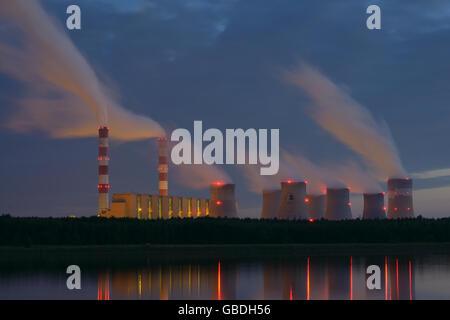 Central eléctrica de carbón en la noche. El Belchatow, Voivodato Lodz, Polonia. Foto de stock