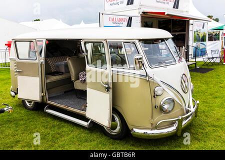 VW autocaravana Volkswagen abra las puertas laterales del vehículo automóvil de boda uk inglaterra GB