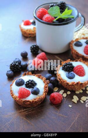 Cookies de avena con yogur y frutas Foto de stock