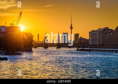 Vista clásica del skyline de Berlín con la famosa torre de TV y puente Oberbaum al río Spree en luz del atardecer al atardecer, Alemania