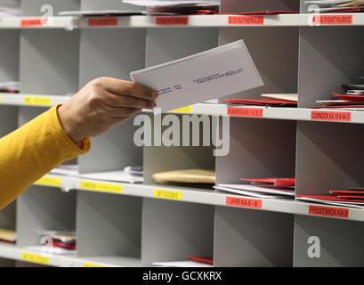 El personal de Royal Mail en la oficina de clasificación de St Rollox en Glasgow, ya que clasifican el correo en Foto de stock
