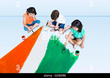 3 niños indios amigos pintura bandera del día de la Independencia Foto de stock