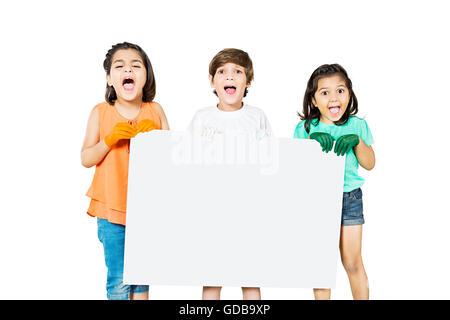 3 niños indios amigos mostrando Tablón de mensajes del día de la Independencia Foto de stock