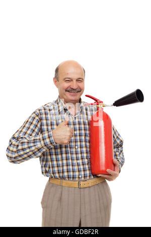 Anciano sujetando el extintor de incendios. La observancia de las normas de seguridad contra incendios