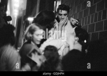 Elvis Presley aclamados por los fans después de una actuación en la Universidad de Dayton Fieldhouse, 27 de mayo de 1956.