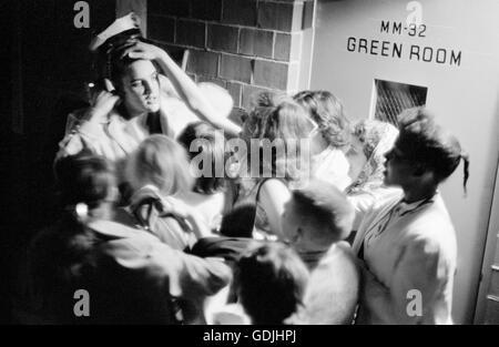 Elvis Presley se amotinaron por fervientes admiradores backstage después de una actuación en la Universidad de Dayton Fieldhouse, 27 de mayo de 1956.