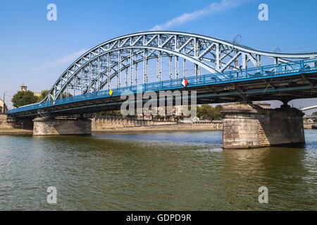 El Mariscal Jozef Pilsudski Puente sobre el río Vístula, en Cracovia, Polonia. Foto de stock