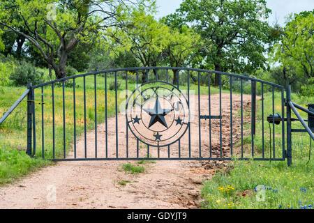 Rancho gate en Hill Country cerca de Mason, Texas, EE.UU.