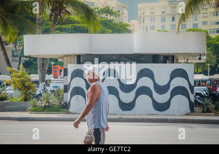 Río de Janeiro, Brasil - Marzo 06, 2016: El Hombre que camina en la pared con mosaico en la acera de la playa de Copacabana, Río de Janeiro, Brasil.