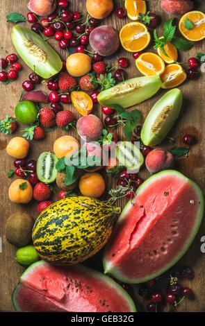 Diversos colorida selección de frutas tropicales sobre fondo de madera rustiv