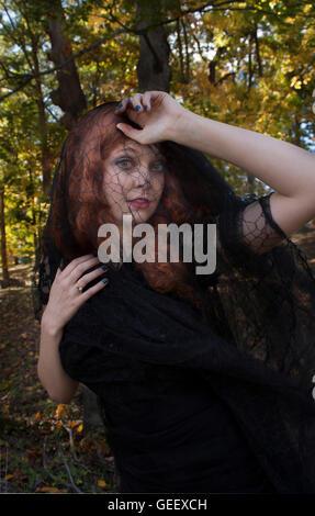 Mujer con velo negro Foto de stock