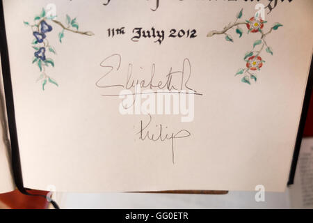 / Firmas / firma de autógrafos de la Reina Isabel II de Inglaterra y el Príncipe Felipe, Duque de Edimburgo - En Worcester Guildhall. UK