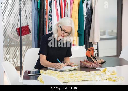 Diseñador de moda femenina trabaja en su oficina