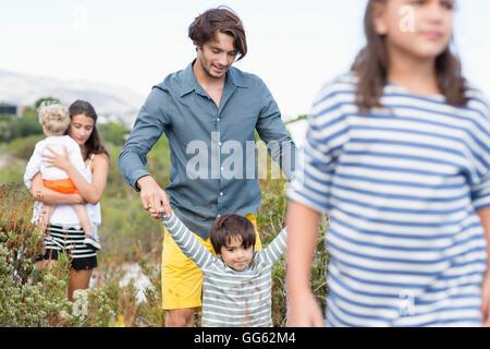 Familia caminando en un prado