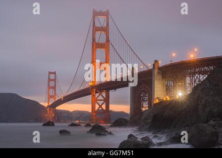 Grieta en las nubes detrás del Puente Golden Gate, visto desde la playa de Marshall.
