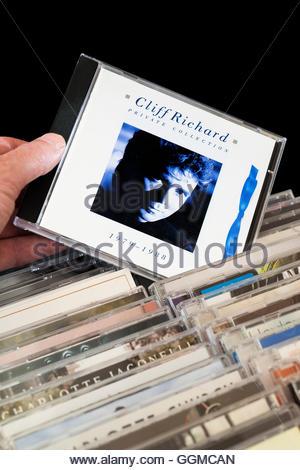 Colección privada, 1979-1988 Cliff Richard álbum CD está siendo escogido de entre las filas de otros CD'S