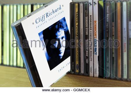 Colección privada, 1979-1988 Cliff Richard álbum CD sacado de entre otros CD en una estantería
