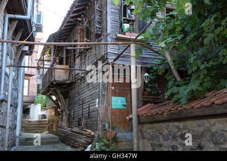 Casa de madera, oscurecido por las calles del casco antiguo. Foto de stock