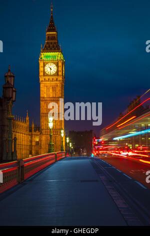 Vista del Big Ben desde Westminster Bridge y el tráfico nocturno. Foto de stock