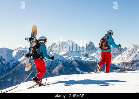 Vor der Kulisse der Dolomiten, Sextner grandioser Tourengeher en el paisaje. Foto de stock