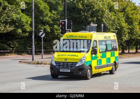 Ambulancia de emergencia que responde en Liverpool, Merseyside, Reino Unido. Ambulancia noroeste de NHS. Tráfico vehicular en Knowsley, Reino Unido