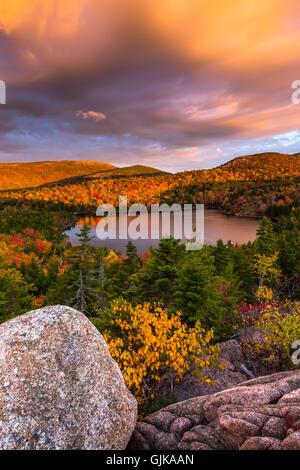 El tazón rodeado de color en el otoño con la montaña de Cadillac en el fondo al amanecer en el Parque Nacional de Acadia, Maine.