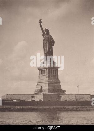 La Estatua de la Libertad, el puerto de Nueva York. Impresión Albertype, grabado antiguo 1893 Foto de stock