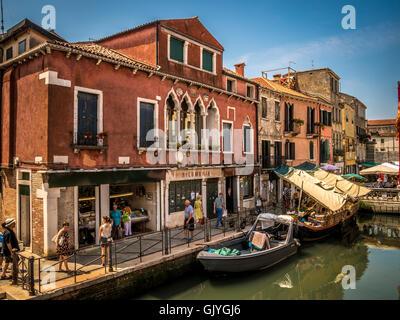 Amarrados barcaza vendiendo frutas y verduras en el barrio Castello de Venecia, Italia.
